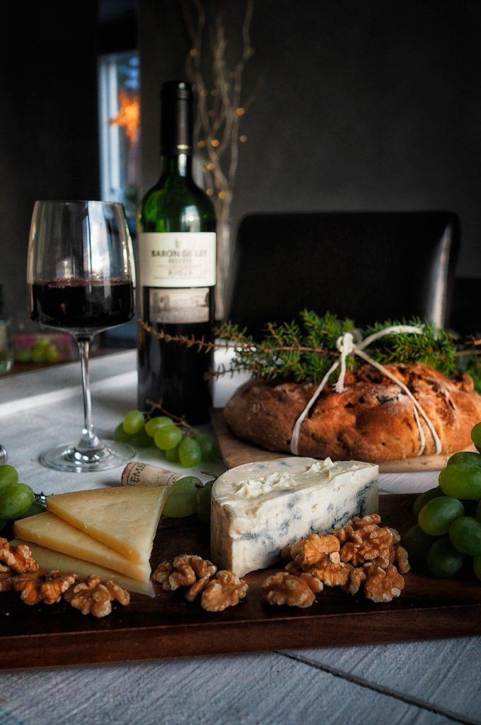 viini-juusto-ja-hedelma-pahkinaleipa