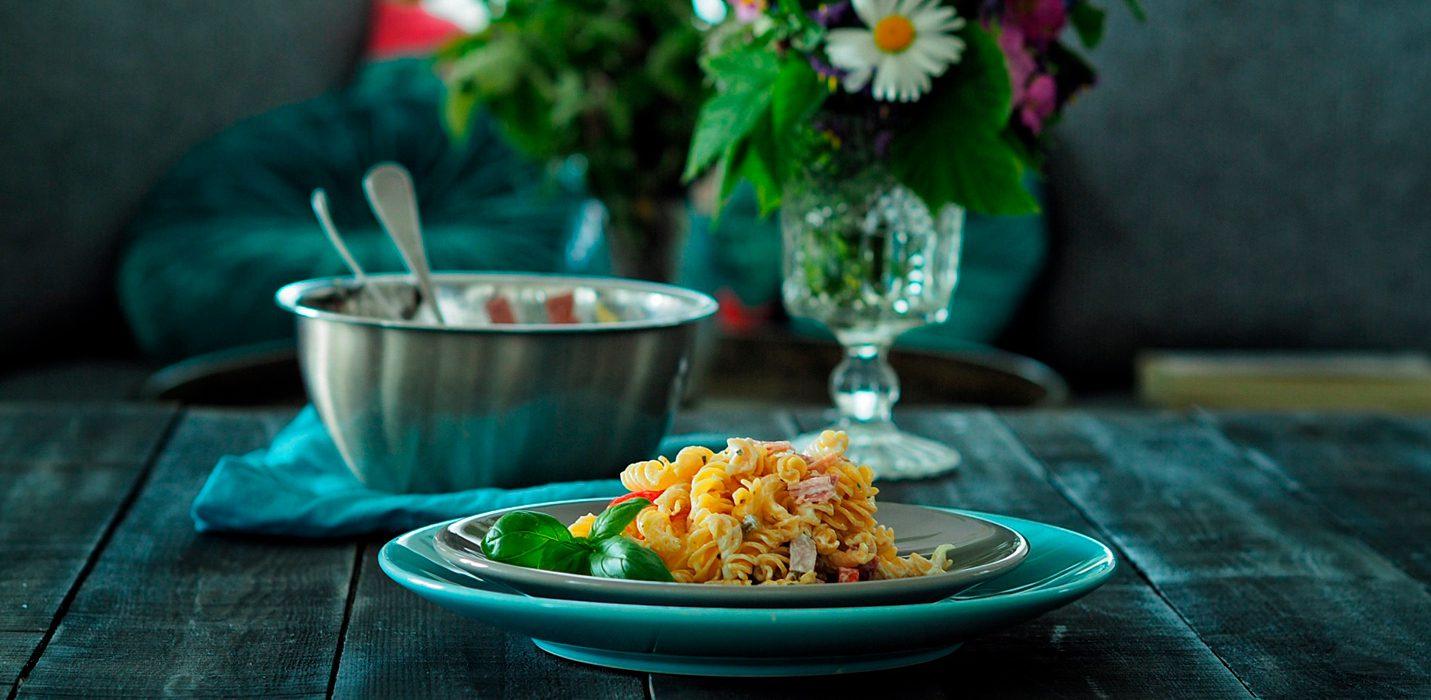Kevyt pastasalaatti kahdella kastikkeella