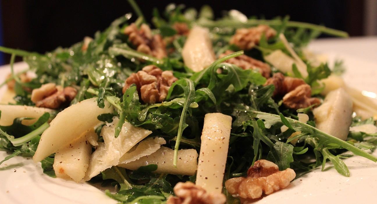 Salaatti vesikrassista, rucolasta, päärynöistä, saksanpähkinöistä ja parmesaanista.