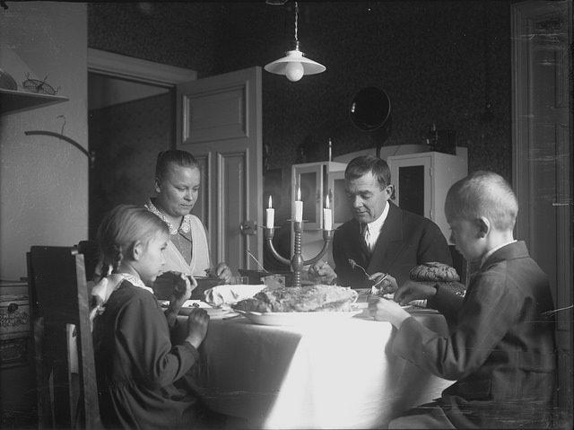 Porrin perhe joulupöydässä.Kuvaaja Anton Porri, Lahden Museot, Lahden kaupungin museo