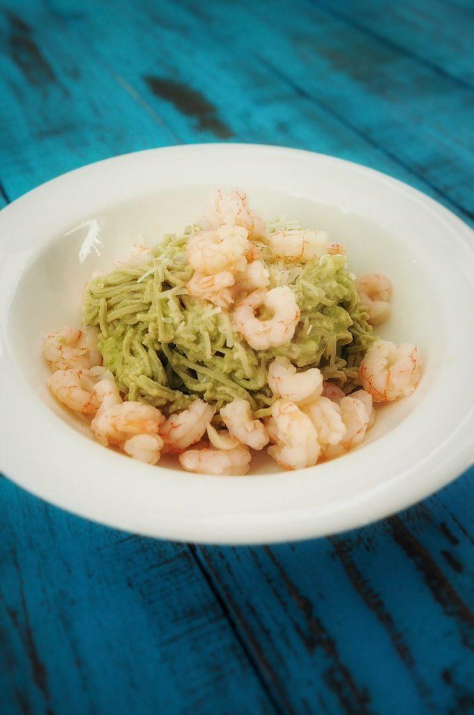 edamame-spagetti-ja-avokadokastike-valkosipulivoissa-paistetut-katkaravut