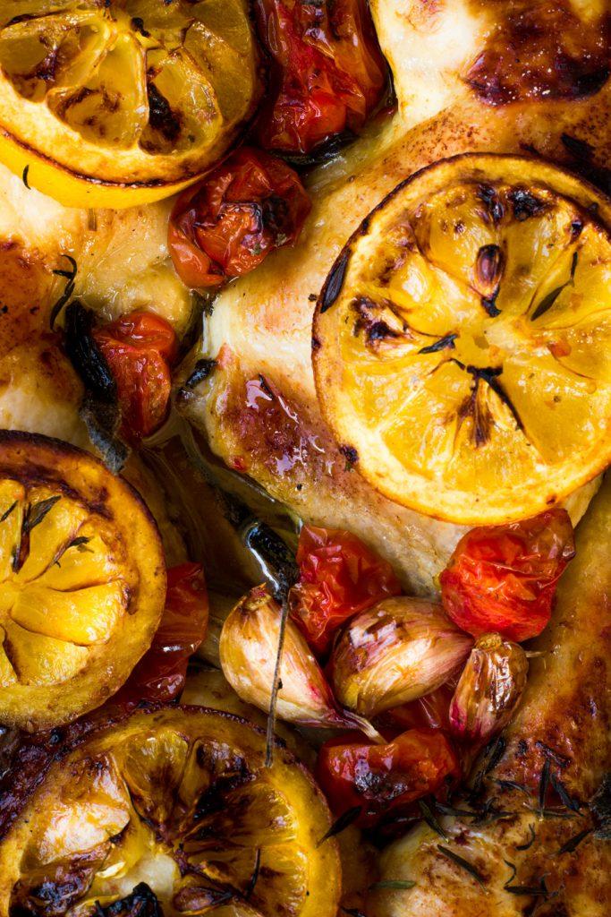 kananpojan-koipia-ja-yrtti-tomaattipaistos