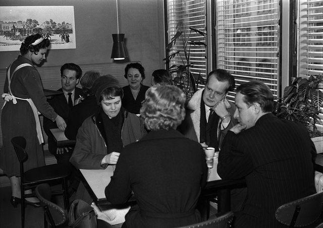Asiakkaita Stockmannin kahvilassa 1960-luvulla Kahvihetki Suomen toiseksi vanhimmassa Stockmann-tavaratalossa, joka avattiin Tampereella vuonna 1957. Kuva on otettu 1960-luvun alussa, noin vuosina 1960-65. Kuvaaja Ensio Kauppila Tampereen museot / Vapriikin kuva-arkisto Kuvaoikeudet: CC0