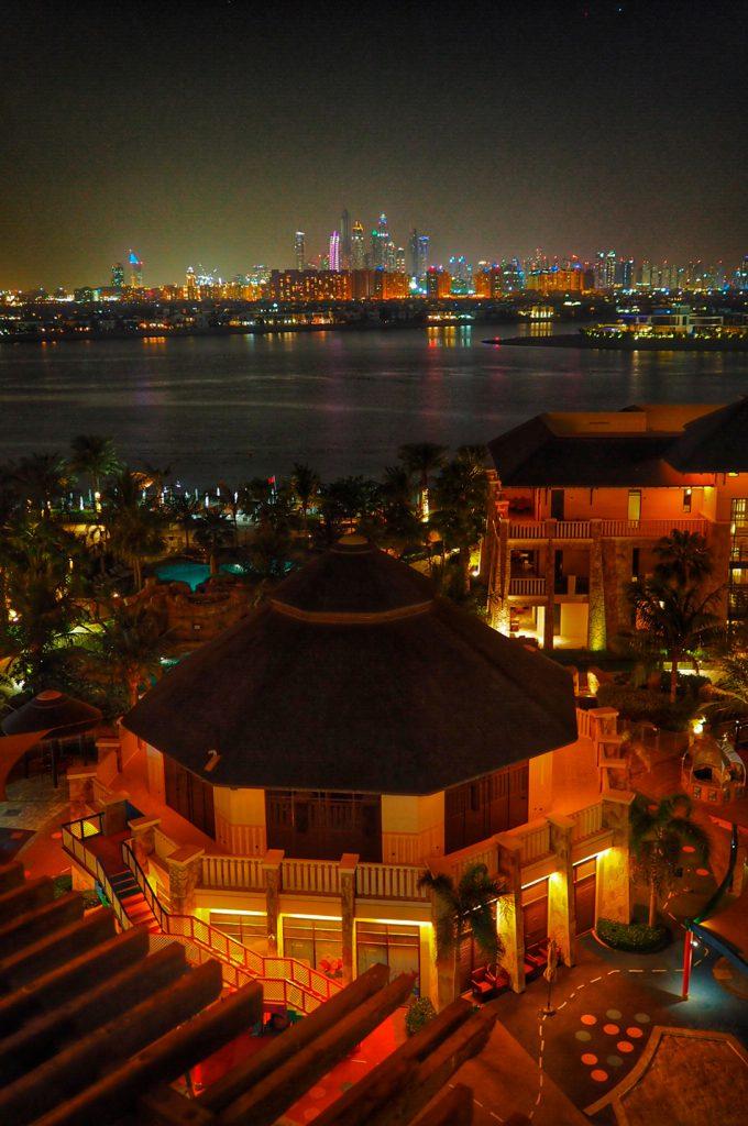 Dubai Marina yöllä