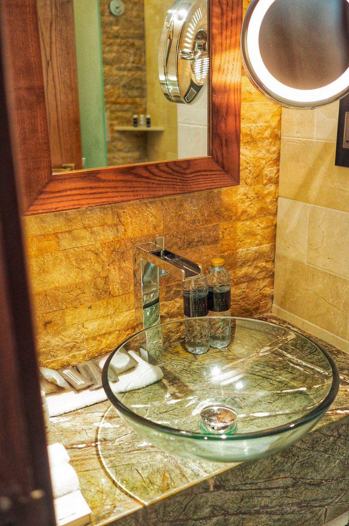 Kylpyhuone oli täysin varustettu niin kylpytarvikkeineen ja vesineen