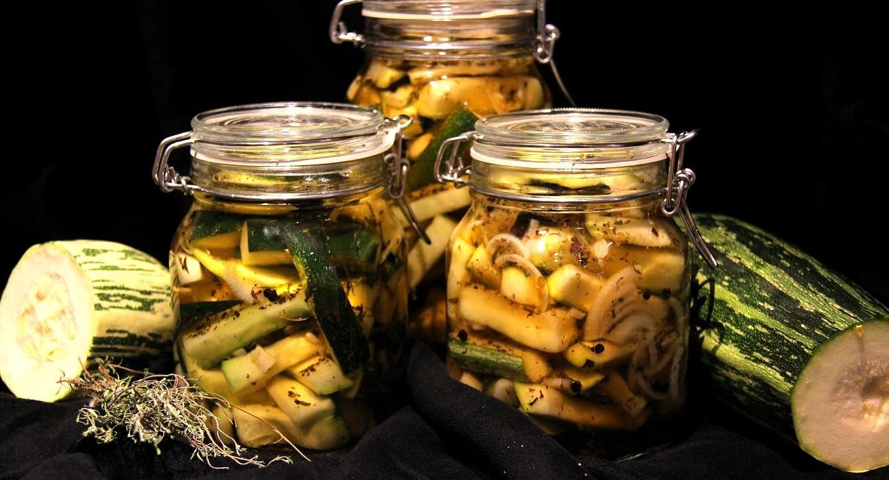 Italialaisittain maustettu säilötty kesäkurpitsa