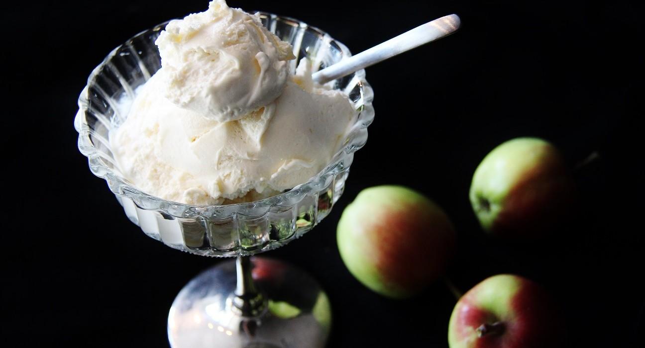 Omenapiirakan makuinen jäätelö