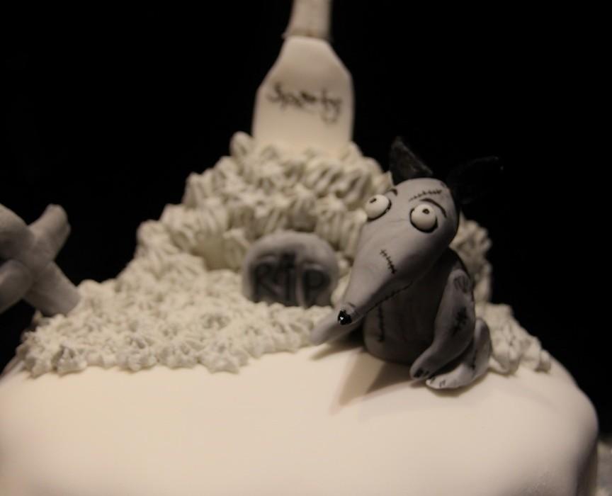Frankenweenie Sparky kakku ja Halloweenin viettoa