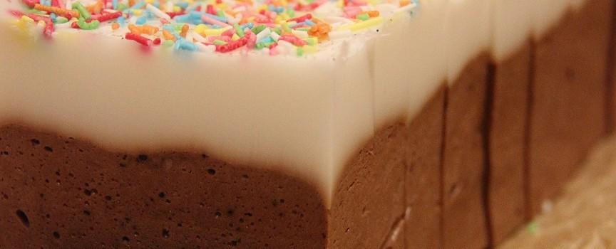 Suklaamousse saippuakakku ranskalaisella vaniljakuorrutuksella