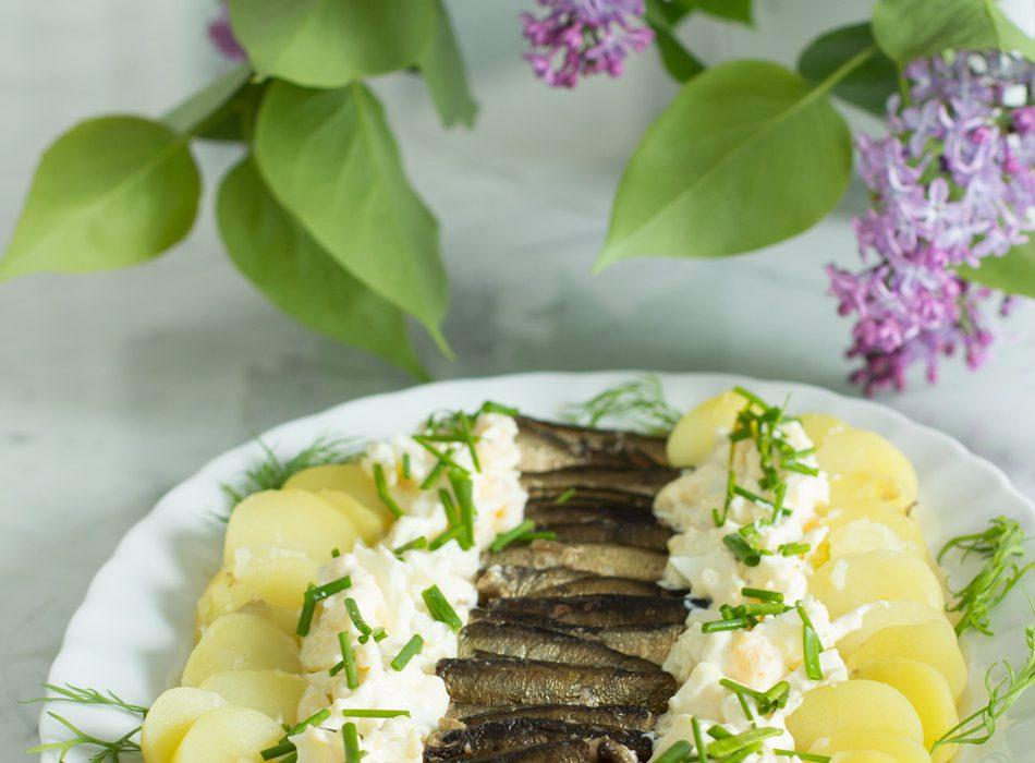 Savustettua kilohailia ja munamajoneesia uusilla perunoilla