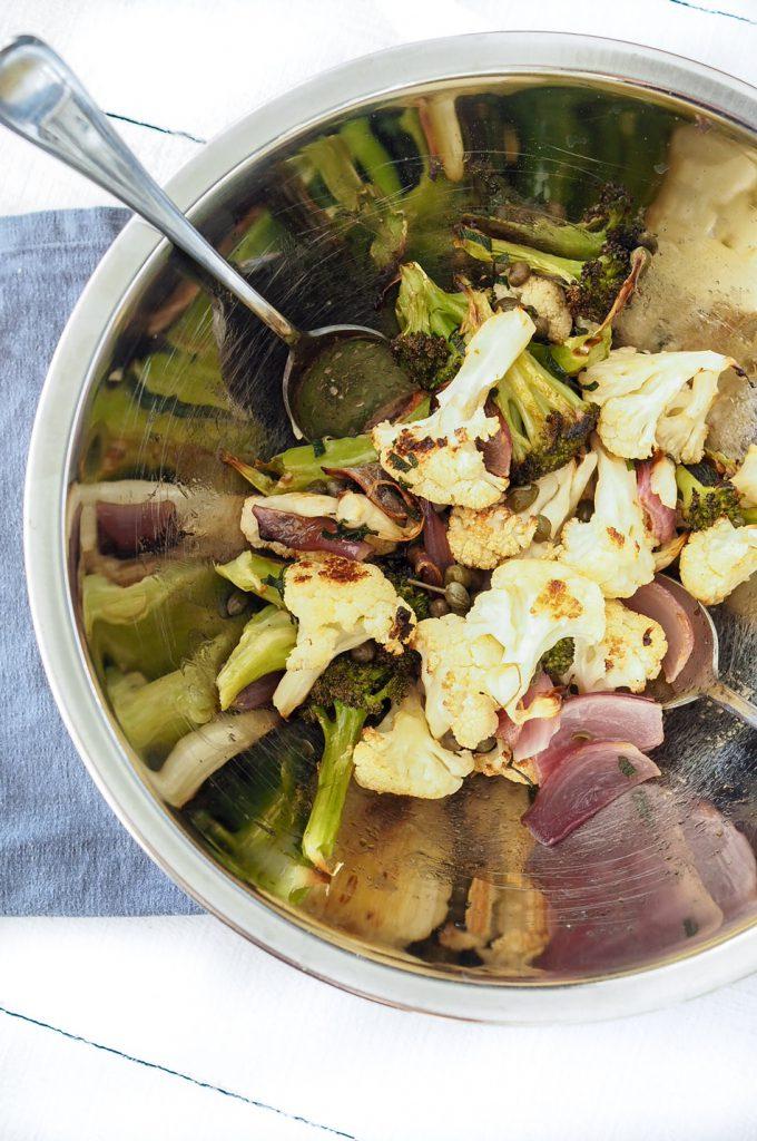 Ruskistetulla-salviavoilla-maustettu-kasvispaistos